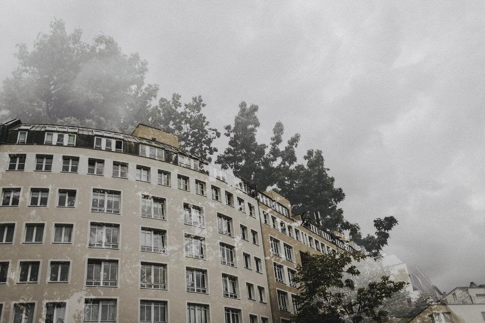 Hausfassade und Bäume als Doppelbelichtung