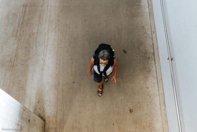 Mensch von oben auf einer Straße