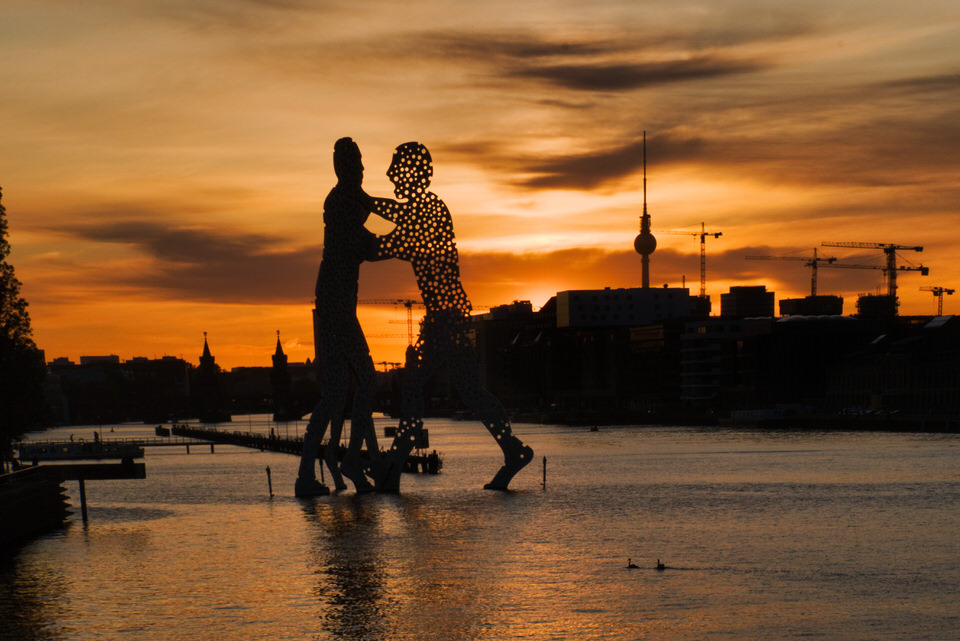 Skulptur und Stadtsilouette