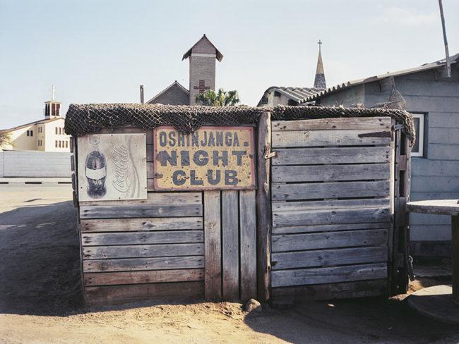 Kleines Holzhaus mit einem Schild Night Club