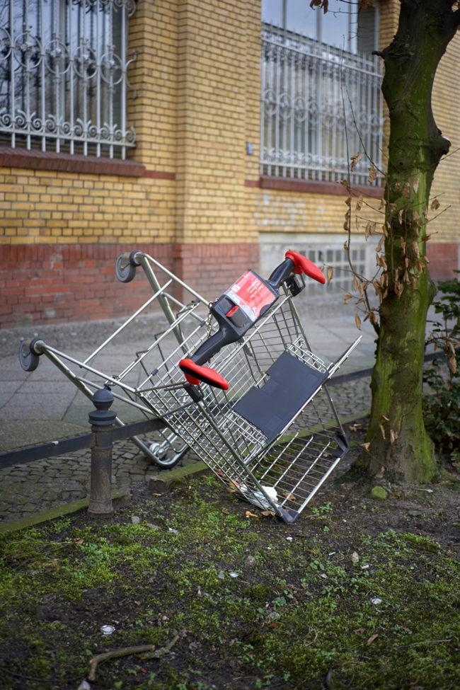 Ein umgekippter Einkaufswagen