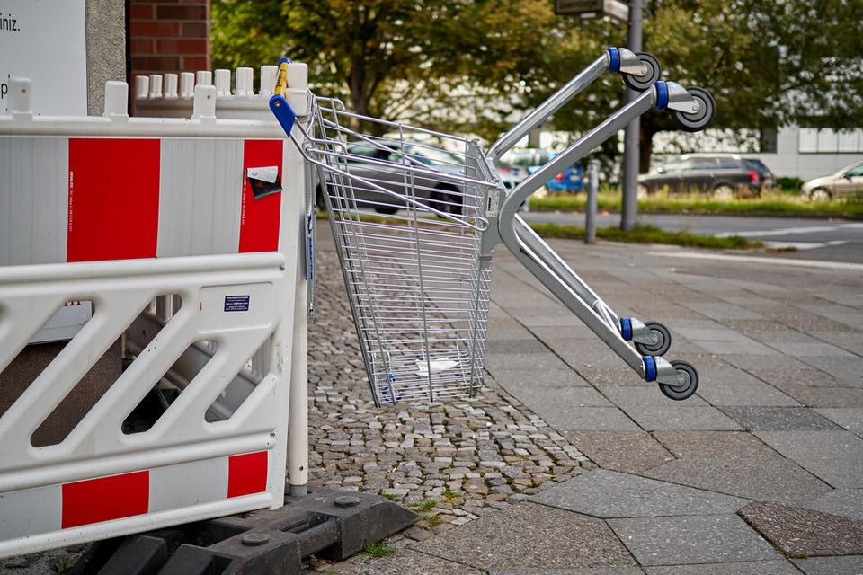 Umgekippter Einkaufswagen an einer Baustelle