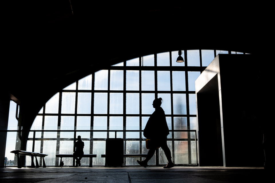 Schattenrisse von Personen in einer Halle