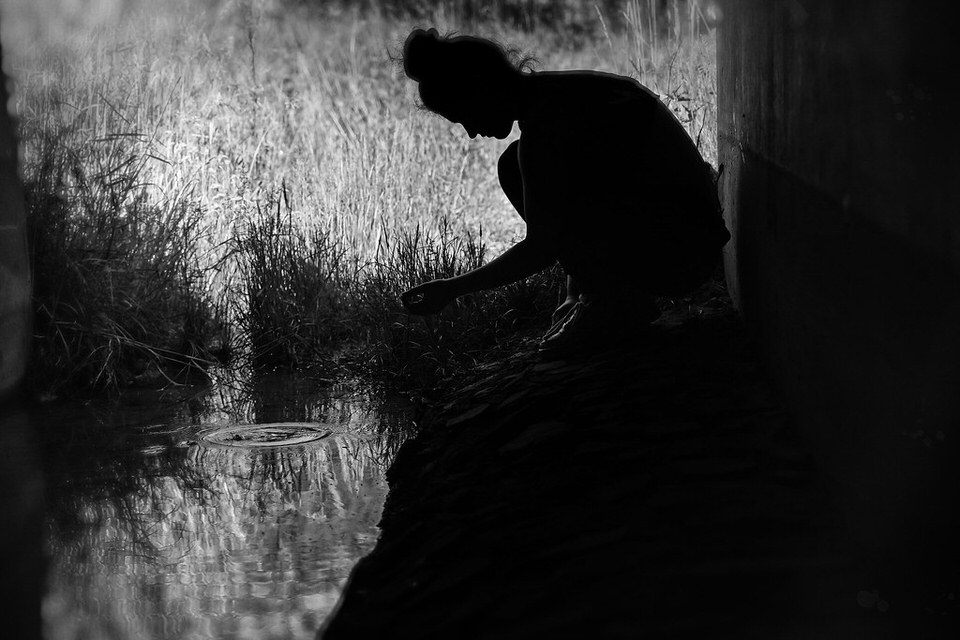 Person an einem Wasser im Schattenriss