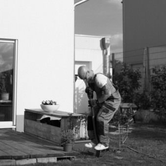 Person bei der Gartenarbeit