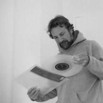 Person mit Schallplatte