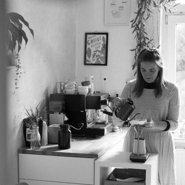 Person macht Kaffee in der Küche