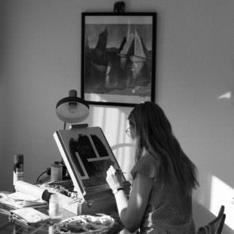 Person malt auf einer Leinwand