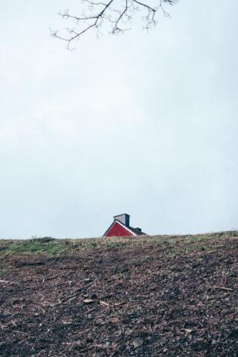 Hausgiebel hinter einem Hügel