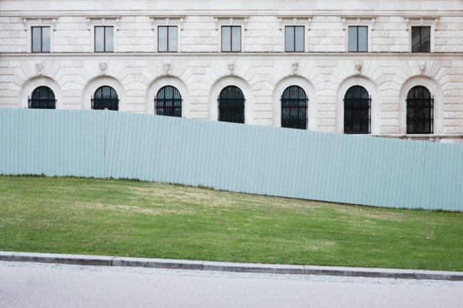 Fassade mit Zaun und Wiese davor