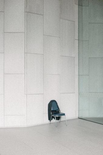Stuhl mit Jacke vor einer Wand