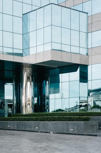 Gebäude mit verspiegelter Fassade