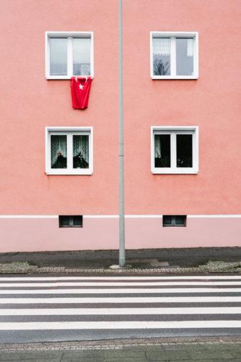 rosarote Hauswand mit Türkeiflagge, die aus einem Fenster hängt