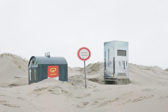 Strand mit Altglascontainer, Schild und Aussichtshäuschen