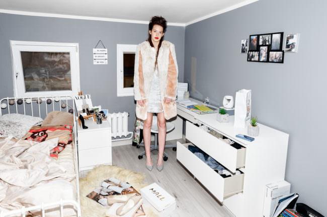 Große Frau in einem kleinen Zimmer