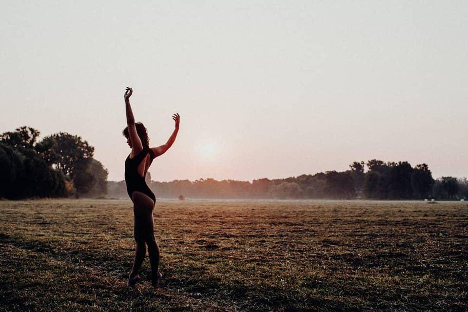Tanzende Person im Feld