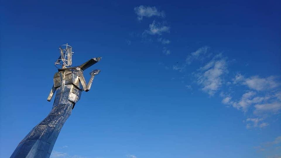 Skulptur ragt in den Himmel