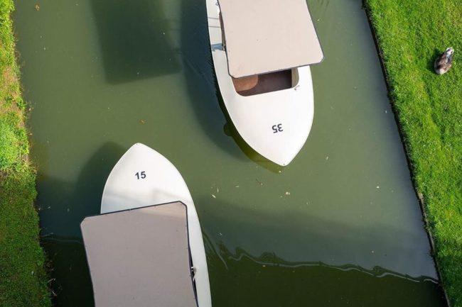 Boote von oben auf einem kleinen Fluss