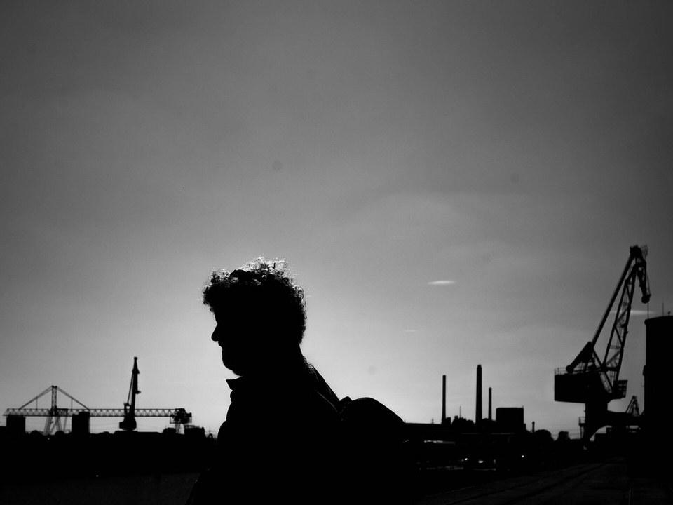 Schattenriss einer Person mit Stadt im Hintergrund