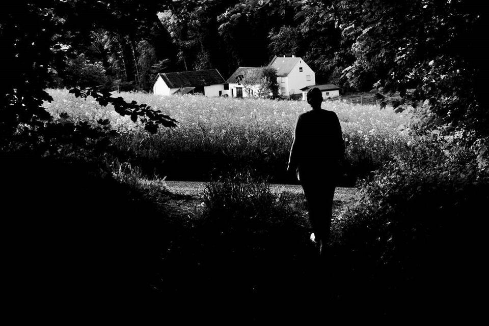 Person zwischen Bäumen im Schattenriss