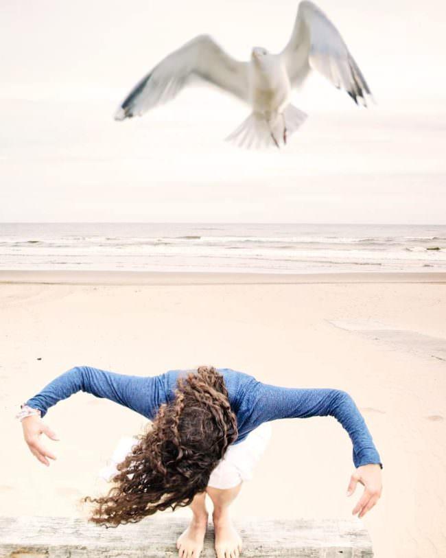 Person ahmt eine Möwe am Strand nach