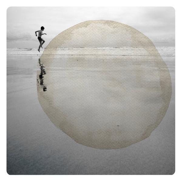 Person am Strand übermalt mit rundem Farbfleck