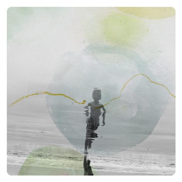 Spiegelung einer Person am Strand übermalt mit bunten Farbflecken