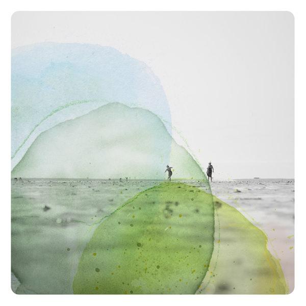 Personen am Strand übermalt mit bunten Farbflecken