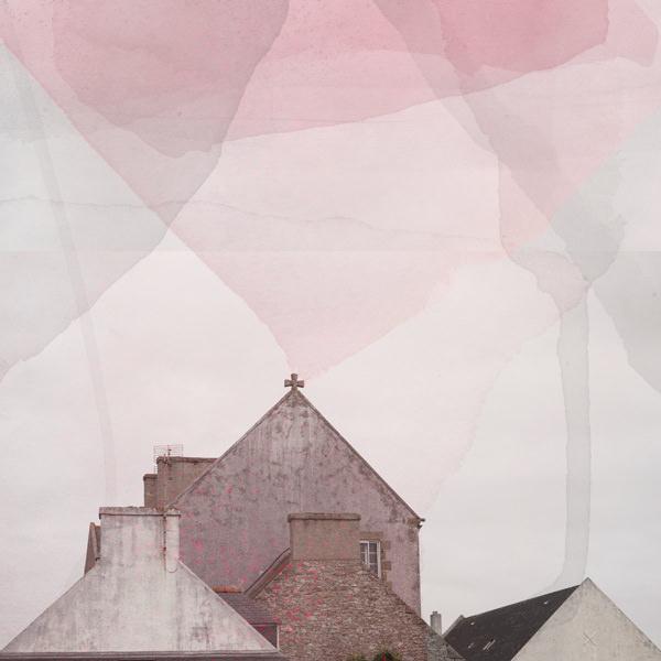 Häusergiebel übermalt mit rosa Farbflecken