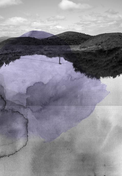 surreale Landschaft übermalt mit violetten Farbflecken