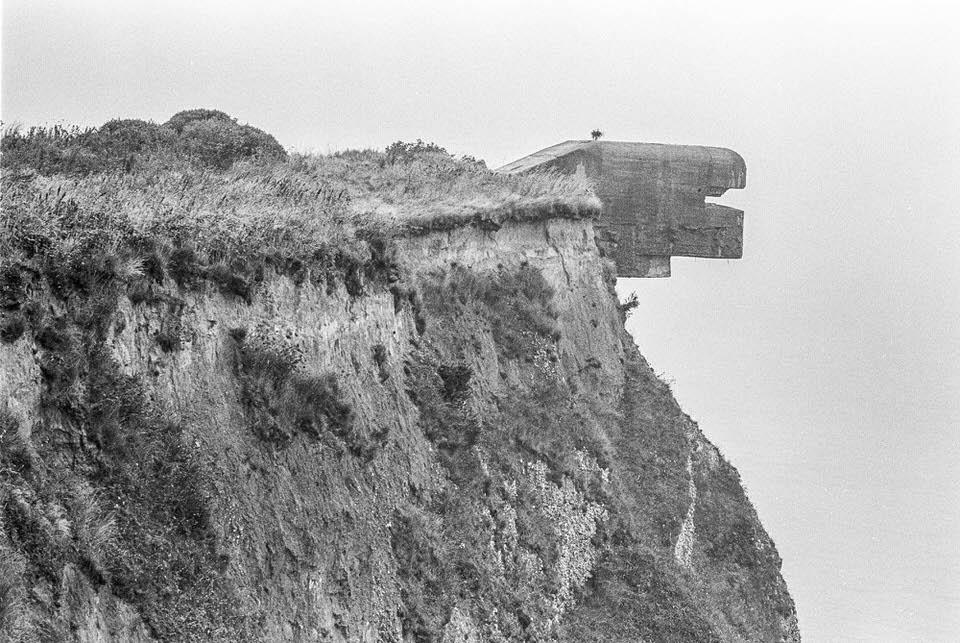Bunker, der über eine Felswand ragt
