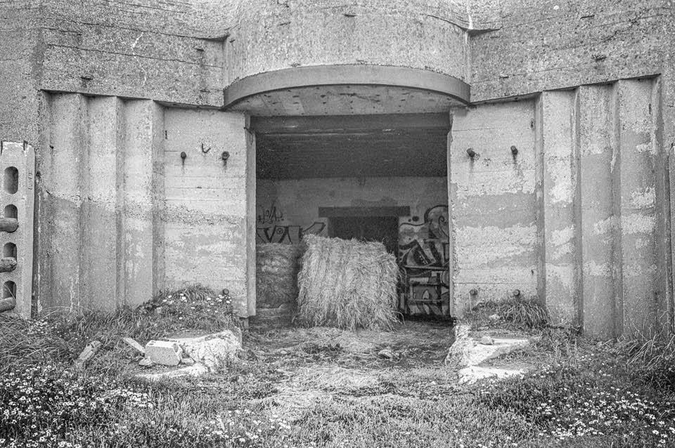 Blick in einen Betonbunker, in dem Stroh lagert