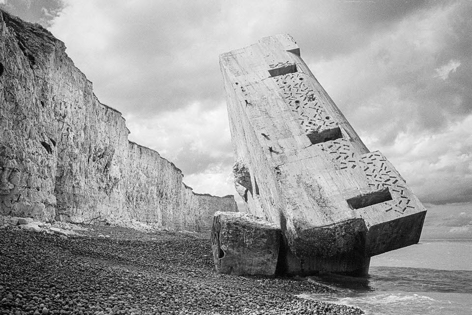 Betonbau liegt schräg an einem Strand