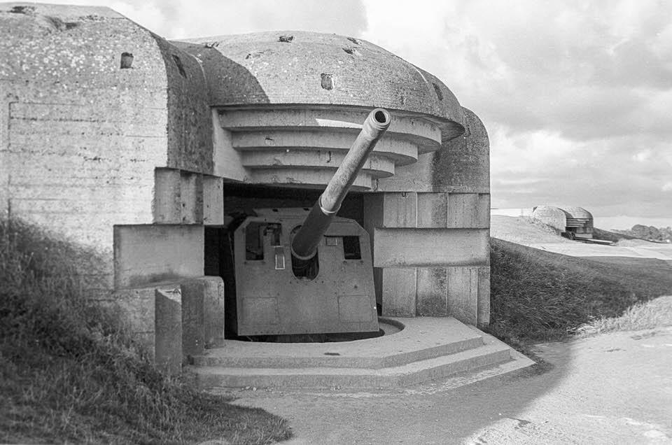 Bunker, aus dem eine Kanone ragt