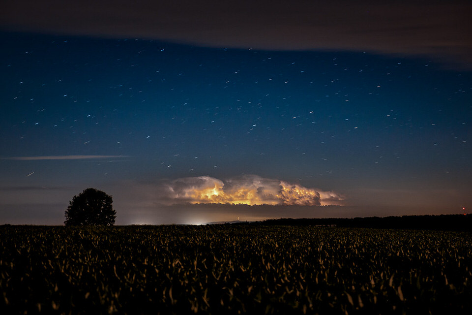 Gewitterwolke über einem Feld