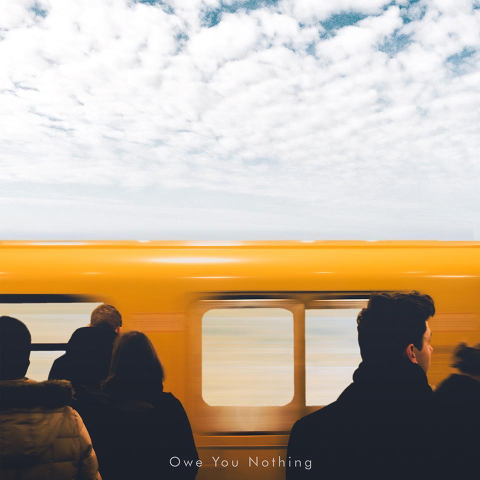Collage einer Menschenmenge vor einer fahrenden Bahn vor einem Wolkenhimmel