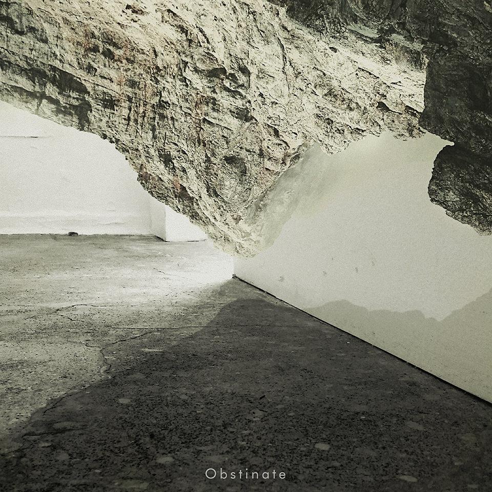 Collage eines Raums mit Betonboden unten und einer Felswand von oben