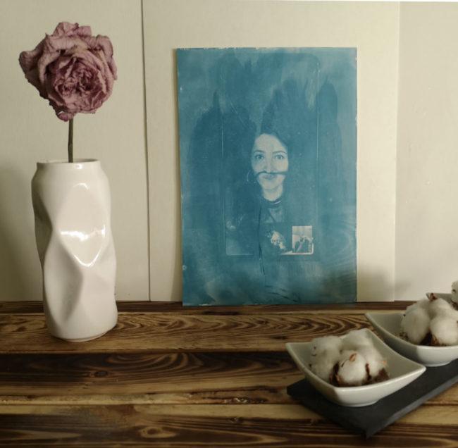 Zwei Flaschen Chemie und ein blaues Bild mit zart erkennbarem Portrait