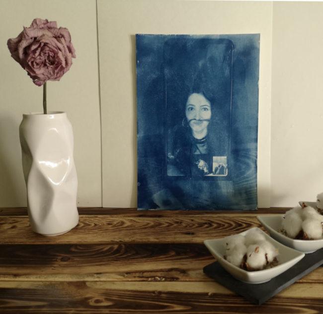 Zwei Flaschen Chemie und ein blaues Portrait