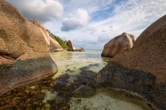 Große Steine im Wasser, auf dem Grund des Wassers sieht man Seegras