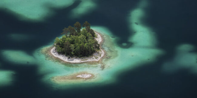 Insel in blauem Meer