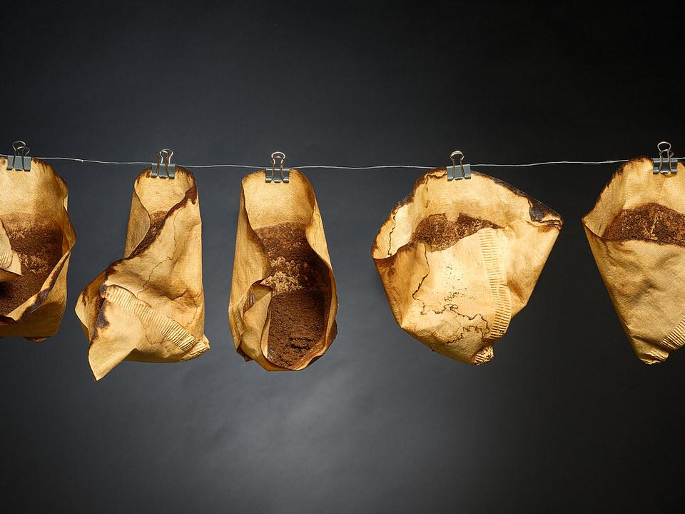 Benutzte Kaffeefilter an einer Leine aufgehangen