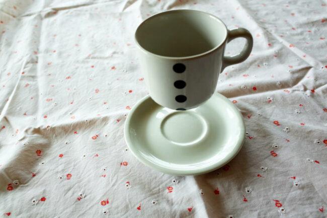 Schwebende Tasse über einer Untertasse