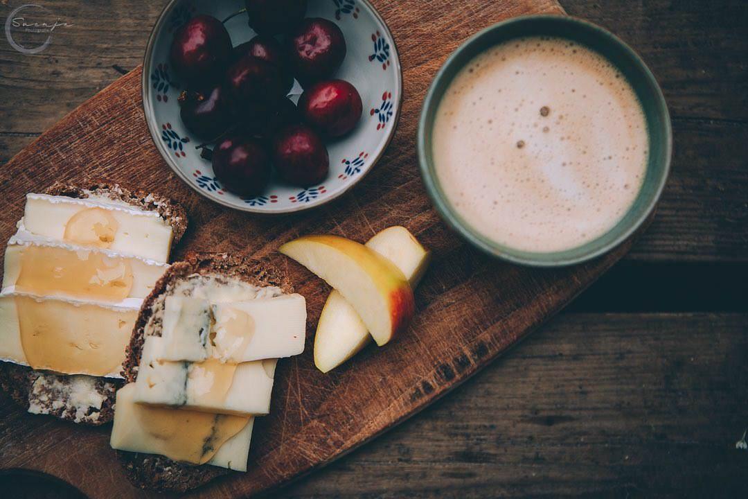 Frühstück auf einem Holzbrett von oben fotografiert