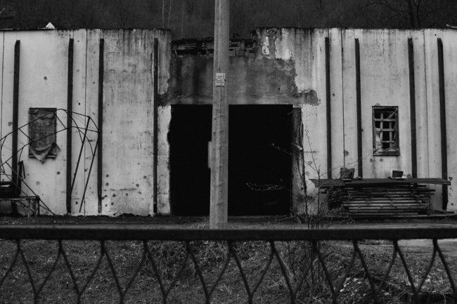 Kaputte Halle aus Beton von außen