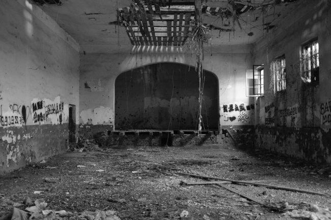 Eine alte verlassene Halle von innen