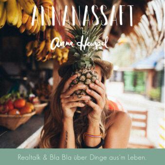 Eine Frau hält sich eine Anannas vor das Gesicht