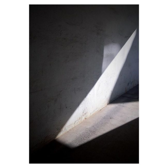 Ein Lichtdreieck an einer Wand