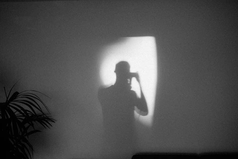 Lichfleck in dem ein Schatten des Fotografen ist