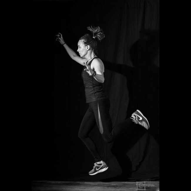 Eine springende Frau